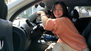 这个女司机喜欢手动调节座椅,说出原因,羞红了脸