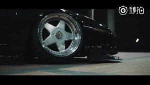 这是一台庞蒂亚克 Fiero GT,改装后确实有点日式味道