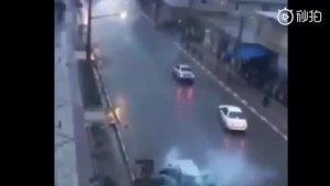 汽车被闪电击中的瞬间