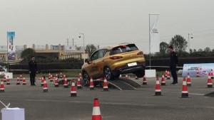 事实证明:前置前驱的SUV也是能过交叉轴的