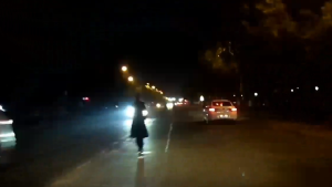 大晚上马路中间沿黄线散步 这届路人素质不行