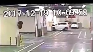 把SUV当坦克开?下坡加速直接撞上墙角!