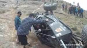 美国车安全是第一, 翻下山的Jeep牧马人,照样开走