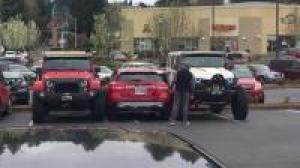 停车场遇到爆改Jeep牧马人, 奔驰车主肠子都悔青了!