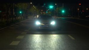 美女夜间会车开远光,为何被新凯美瑞车主所打动