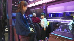 带孙女逛车展,180万的奔驰商务车,孙女喜欢那就买