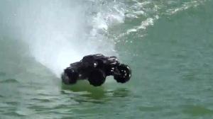 可以在水上跑起来的汽车感受一下这个速度