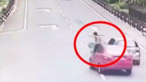 挑担妇女突然横穿马路 后车刹车不及 翻了