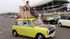 坐在车顶开车,还这么轻松,能够这样驾驶的只有他