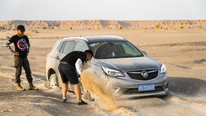 在58度的条件下穿越新疆 这辆穿越车的性能无敌了