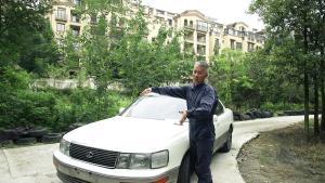 25年前的百万级豪车雷克萨斯,如今伤痕累累,心疼