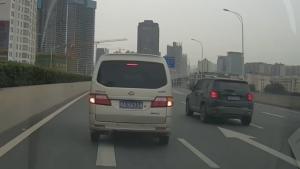 开车只服这种人 高架桥上发现走错路急停换道