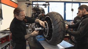 哈雷摩托车换个轮胎没想到这么的麻烦!!