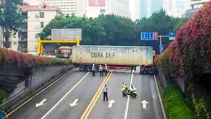 """大货车""""横行霸道""""!早高峰把整条路都堵住"""