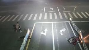 疾速电动车驾驶员直接横躺护栏下
