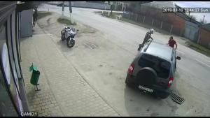 飞速行驶的摩托车和汽车猛撞