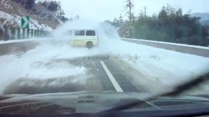 为了避开你的雪地漂移,我的车差点掉到桥下