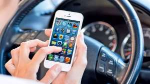 行车途中玩手机打电话有多危险?这里有答案