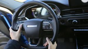 """开车时别想手舞足蹈,这个方向盘会""""锁住""""你的双手"""