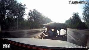 横穿马路的电三轮与一辆正常行驶SUV的亲密接触