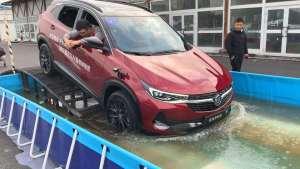 SUV涉水通过,不仅要看水深,昂科拉演示驾驶技巧