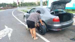 有人高速上换备胎被违章了,怎么停车才不算违章?要做到这几点