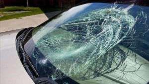 开车跑高速,挡风玻璃被砸了保险会赔吗?里面门道大,新手学学