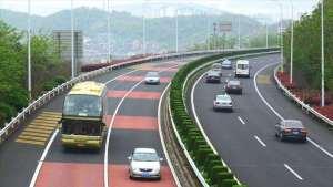 高速上开车跑多少安全又省油?看看老司机的做法,新手必备