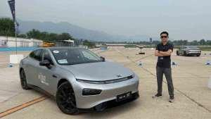 用实力挑战特斯拉Model3 汽车梦想秀体验小鹏P7