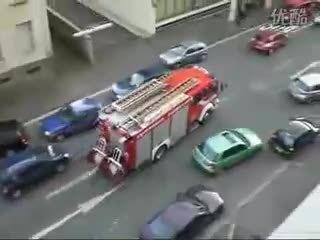国外市民在紧急状况下自发给消防车让路