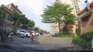 家长在身边还让小孩乱跑!平时车到这里都是轰油的!