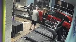 驚險十足 奔馳車突然沖撞進健身房
