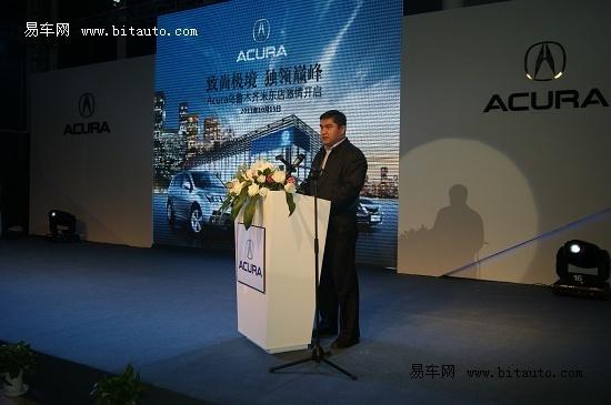 华昌汽车销售服务有限公司领导为第一位讴歌车主亲送车钥匙高清图片